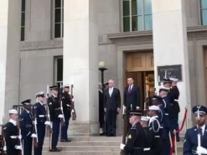 [video] Mazurek Dąbrowskiego na schodach Pentagonu. Min. Błaszczak rozmawia właśnie z gen. Mattisem