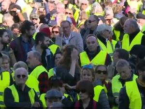 """[video] Francja. Już prawie 300 tys. osób z ruchu """"żółtych kamizelek"""" protestuje przeciw podwyżkom"""