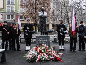 [nasza fotorelacja] Stan wojenny. Złożenie kwiatów pod pomnikiem Anny Walentynowicz i św. Jana Pawła II