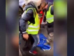 [video] Francja: Demonstranci depczą unijną flagę