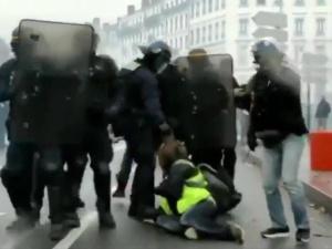 """[video] Protest """"żółtych kamizelek"""". Jeden z uczestników stracił rękę"""