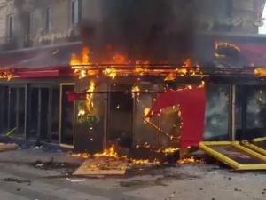[video] Paryż płonie. Policja uciekała przed demonstrantami