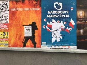 """Zdewastowano plakaty W. Korkucia, autora okładek """"TS"""", dotyczące wznowienia ekshumacji w Jedwabnem"""
