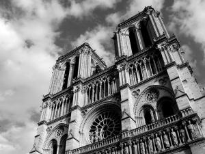 Krzyż i ołtarz Notre-Dame przetrwały. Internauci publikują zdjęcia lśniącego w blasku pożogi krzyża