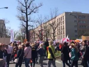 [video] ZNP protestuje pod siedzibą MEN