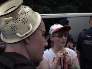 """[video] """"Marsz równości"""" usiłuje wejść na Jasną Górę. Pośród nich człowiek z durszlakiem na głowie"""