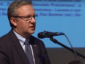 Krzysztof Szczerski w głównej siedzibie NATO. W tle stanowisko zastępcy Stoltenberga?