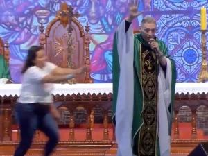 [video] Kobieta na oczach tysięcy wiernych zaatakowała księdza podczas mszy świętej
