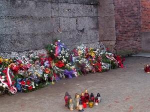 Mamy to! 15 sierpnia Marsz pod Ścianę Straceń w Auschwitz z polskimi flagami na drzewcach