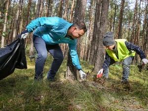 I to dobry przykład walki o ekologię. Para Prezydencka sprzątała z harcerzami las
