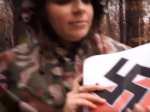 """[video] Jachira mówi, że ma """"szacunek dla bohaterów"""". Wcześniej pokazywała flagę Polski ze swastyką"""
