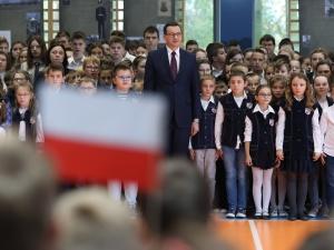 """Premier wraz z dziećmi ze szkoły podstawowej odśpiewał """"Mazurka Dąbrowskiego"""": To było piękne"""
