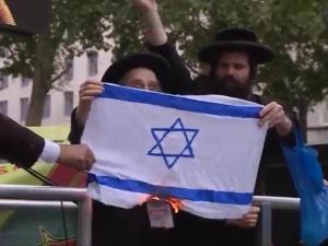 """[video] Żydzi w Turcji palą flagę Izraela: """"Izrael nie jest państwem żydowskim"""""""