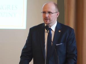 GW zarzuca Hołowni poglądy zgodne z Episkopatem. Mec. Kwaśniewski odpowiada