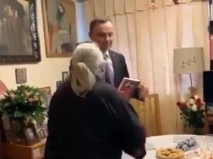 """Gazeta.pl o matce ofiary stanu wojennego """"Duda odwiedził w domu starszą fankę i poskarżył się na sędziów"""""""