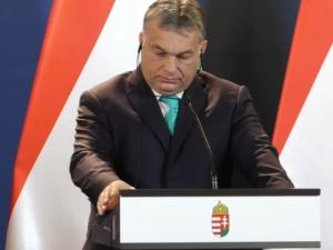Na zdjęciu razem Orban, Kaczyński i Morawiecki. I ten podpis premiera Węgier...