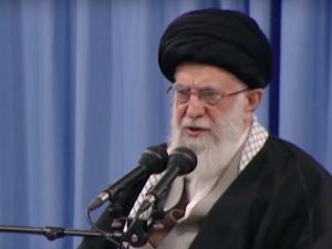 """AjatollahChameneimówi o """"małym, ale złym kraju w Europie"""". Ambasador Iranu w Polscetłumaczy"""