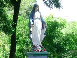 [FOTO] Skandal na Dolnym Śląsku! Zniszczony krzyż, zdewastowane figury Matki Boskiej. Wandale poszukiwani