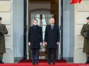 [video] Macron już w Polsce. Wizytę rozpoczęto oficjalnym powitaniem na dziedzińcu Pałacu Prezydenckiego