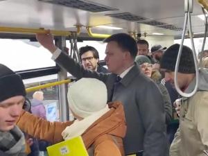 """Kampania. Politycy w komunikacji miejskiej. Dominika Cosic: """"Nie uważają się za zwykłych ludzi?"""""""