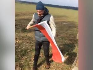 [video] Działacz LGBT podeptał i próbował spalić flagę Polski. Wszystko nagrał i pochwalił się na FB