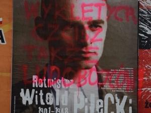 """Barbarzyńcy zniszczyli plakaty z Wyklętymi. """"Ludobójcy"""" na plakacie z Rotmistrzem Pileckim"""