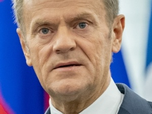 Tusk w der Spiegel: Carl Schmitt [NSDAP] byłby dumny z Orbana, ale Kaczyński jest bardziej niebezpieczny