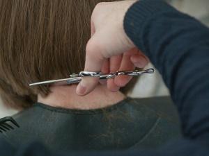 Szwedzkie media: Bogate kobiety z krajów objętych kwarantanną przyjeżdżają do fryzjera