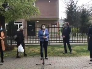 """[VIDEO] Ideał sięgnął bruku? """"Chodnikowa"""" konferencja Kidawy-Błońskiej i mistrzowie drugiego planu"""