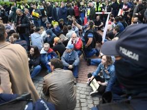 Policjanci zatrzymali prewencyjnie wszystkie osoby, które protestowały przed KPRM