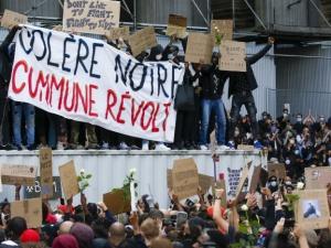 [video] W Brukseli protesty przeciw brutalności policji zmieniły się w plądrowanie sklepów