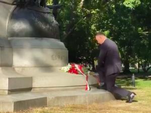 [WIDEO] Niedawno pomnik Tadeusza Kościuszki został zniszczony. Dziś prezydent złożył pod nimkwiaty