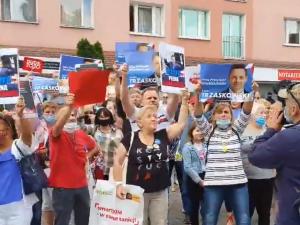 """[Wideo] """"Polska tęczowa vs biało-czerwona"""". Zwolennicy Trzaskowskiego zakłócają wiec PAD-a w Stargardzie"""