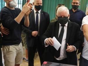Mężczyzna w masce przeszkadzał szefowi PiS oddać głos. Internauci komentują