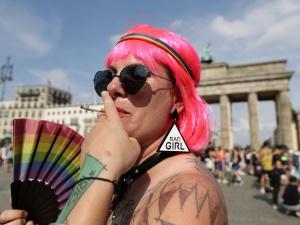 """""""Deutsche Welle"""": Niemcy ujawniają szczegóły planu kompensacyjnego dla gejowskich żołnierzy"""
