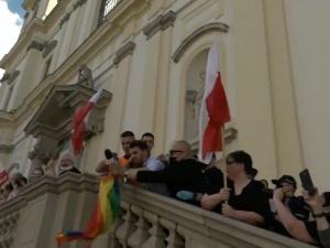 """Dziennikarz TV Trwam odebrał tęczową flagę aktywistom pod kościołem. TT uznał film za """"nieodpowiedni"""""""
