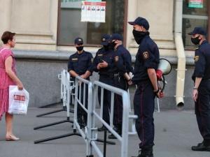 Białoruś. Media: milicja zatrzymuje ludzi przed lokalami wyborczymi