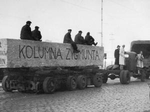 Tablica ku czci sowieckiego namiestnika i mordercy na kolumnie Zygmunta?