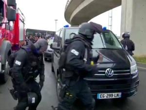 Francja: napastnik, muzułmański radykał, zastrzelony przez policję na lotnisku Orly