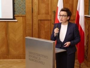 """Lewica domaga się dymisji minister edukacji, a jej reformę określa mianem """"eksperymentu na dzieciach"""""""