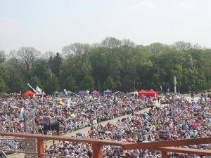 Około 80 tys. ludzi na Jasnej Górze zgromadzonych na modlitwie z okazji 50-lecia Odnowy w Duchu Świętym