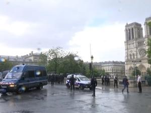 Paryż: policjant zaatakowany przed katedrą Notre-Dame. Zamknięto stacje metra, wezwano saperów