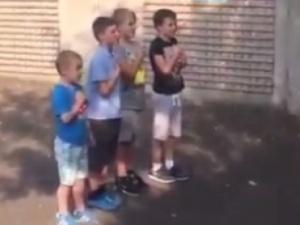 [video]: Polskie dzieci w Dublinie śpiewają hymn przed podwórkowym meczem. Internauci: serce rośnie