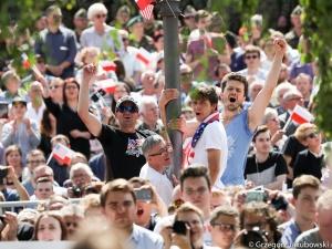 """Dziennikarka BBC: """"PiS przywiózł autokarami ludzi z prowincji"""". Jak zareagował na to poseł Tarczyński?"""