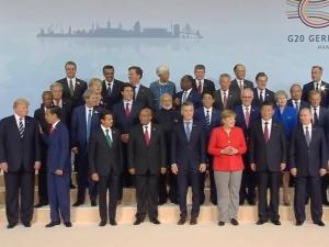 [video] Francuska komedia. Emmanuel Macron pokonuje tor przeszkód, by na zdjęciu stać koło Donalda Trumpa