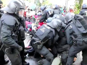 [video] Jak policja w demokratycznych Niemczech traktuje blokujących przejście w Hamburgu