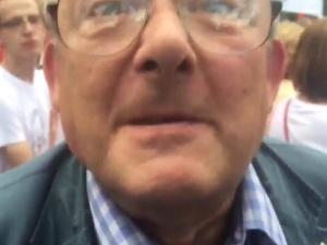 """[video] """"Jak ty sku.....nu zmądrzejesz"""" odpowiada Adam Michnik na pytanie pod Sejmem"""