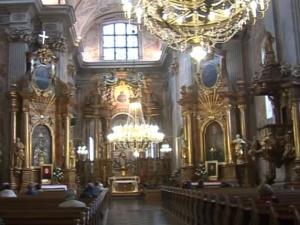 [foto] Mężczyzna wtargnął do warszawskiego kościoła podczas mszy by... protestować przeciwko reformie SN