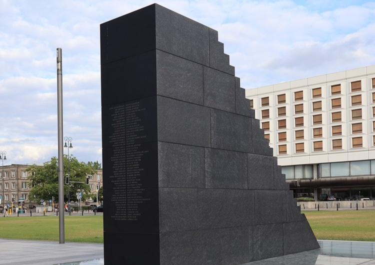"""""""Aborcja jest OK"""". Zniszczono pomnik smoleński na placu Piłsudskiego wWarszawie"""