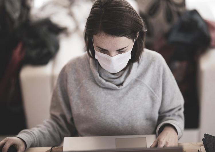 Od dziś musimy zakrywać nos i usta także w pracy. Nowe przepisy dot. maseczek